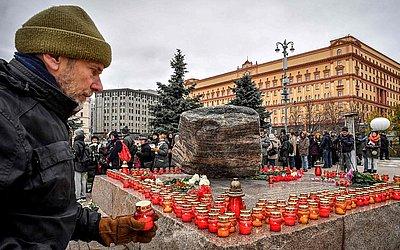 Dezenas de pessoas se reuniram no centro de Moscou, para lembrar as vítimas da repressão  política na Rússia, no monumento Solovetsky Stone, uma pedra, tirada de um campo de trabalho soviético nas ilhas Solovky.