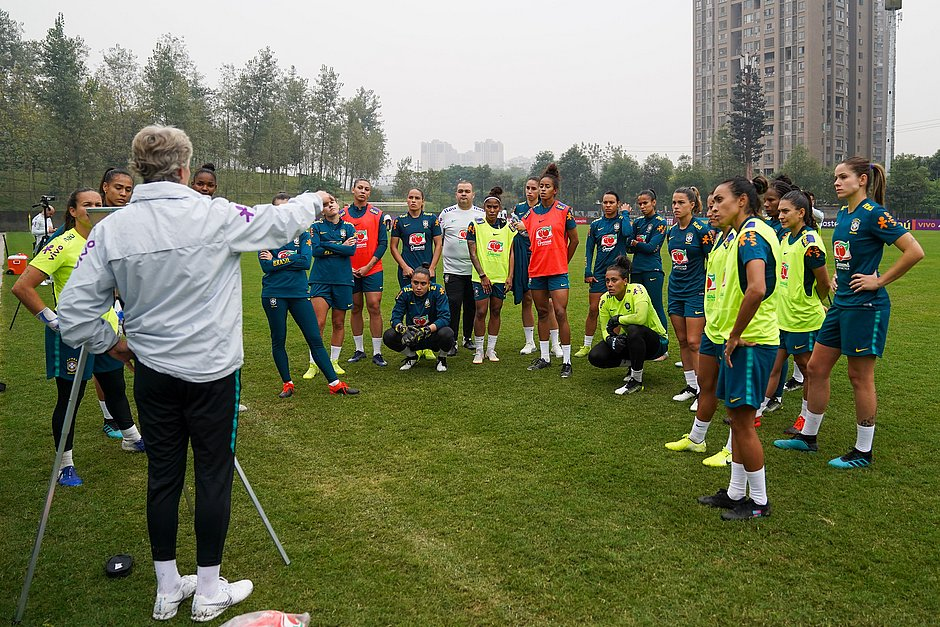 Pia Sundhage dá orientações às jogadoras da seleção brasileira em treinamento na China
