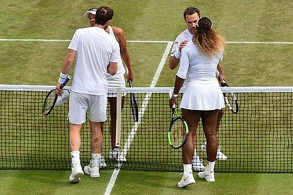 Soares cumprimenta Serena Williams após vencê-la nas duplas mistas de Wimbledon