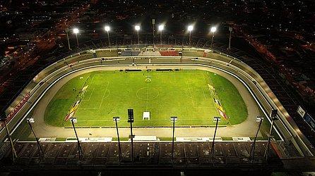 """O estádio com """"crise de identidade"""". Isso porque um projeto de lei aprovou, em 2019, a mudança do nome do Rei Pelé para Rainha Marta. É a casa dos rivais CSA e CRB e cabe 17.126 torcedores"""