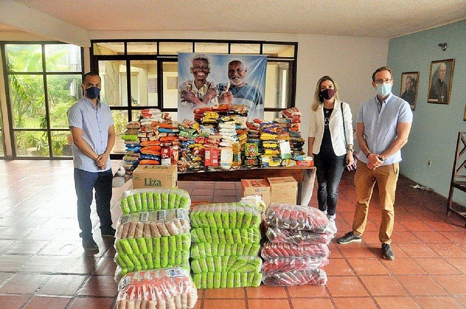Flávio Soares, gestor da instituição, recebeu as doações de Laryssa e Marcelo Oliveira, franqueados O Boticário em Ilhéus