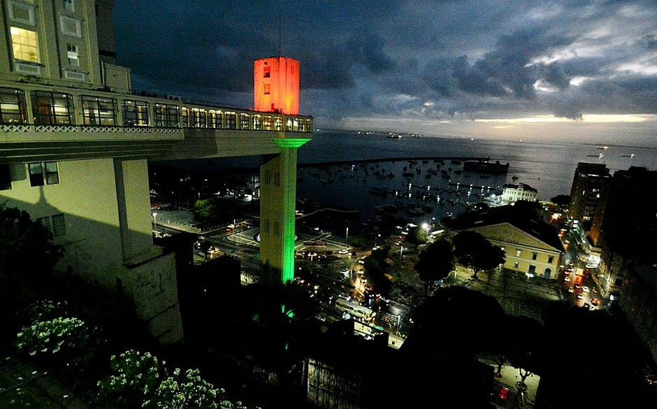 Elevador Lacerda recebe iluminação em homenagem a Portugal