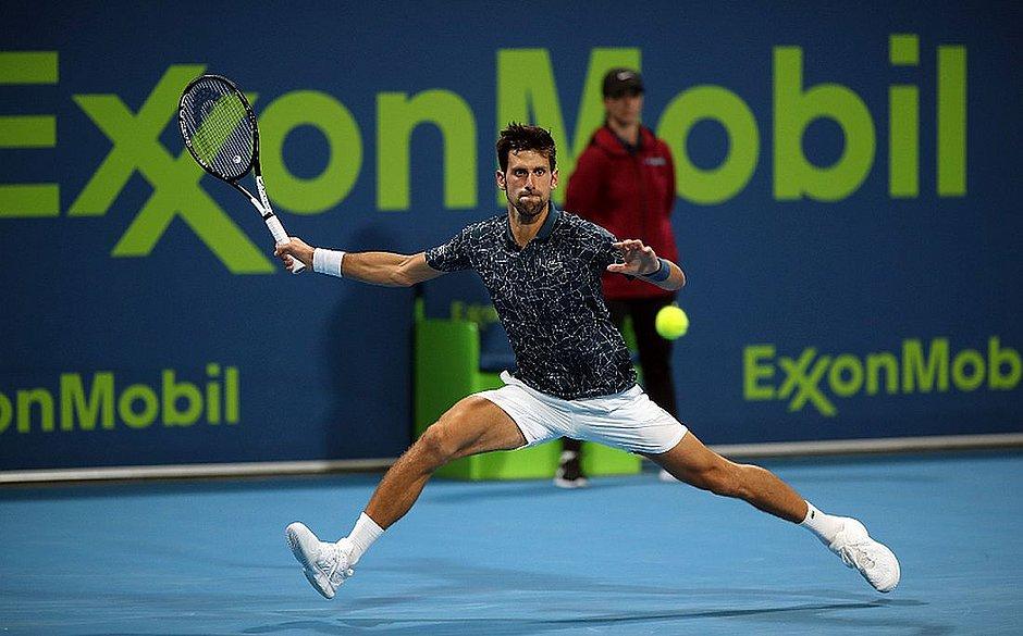 Djokovic volta a oscilar, mas vai à semifinal do Torneio de Doha