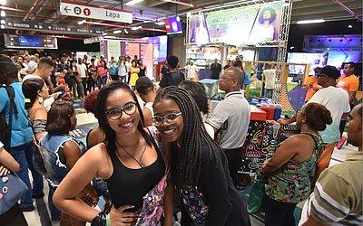 As amigas Gabriele Oliveira e Michele Gomes pararam pra curtir o som da Ocupação Afro.Futurista