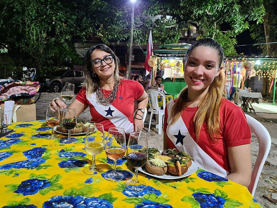 Tatiany e Nígima, respectivamente, harmonizando a culinária amazonense com vinhos