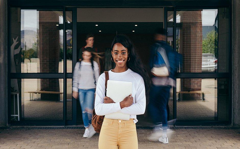 Estudantes com bolsa de estudo se esforçam mais, mostra comparativo