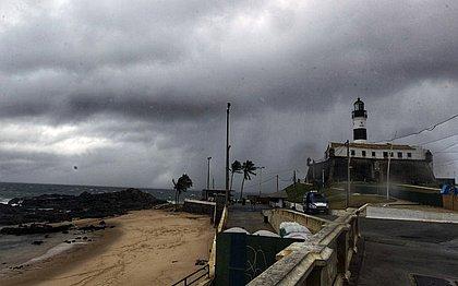 'Tá tendo furacão?' Internautas se surpreendem com fortes ventos em Salvador