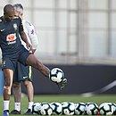Com proteção no joelho, Fernandinho treinou no CT do Grêmio e vai para o jogo das quartas de final
