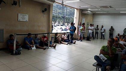 Placas do Mercosul: 1º dia tem sistema fora do ar e gente sentada no chão