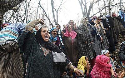 Aldeões de Caxemira lamentam a morte de Shakir Hassan Dar, vice-chefe de Ansar Ghazwat-ul-Hind, um grupo que se diz filiado a Al-Qaeda, durante o funeral na vila de Rathsun em Tral, ao sul de Srinagar.