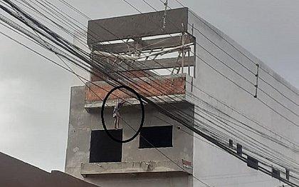 Trabalhador cai de andaime e é salvo por cinto de segurança em Ipiaú