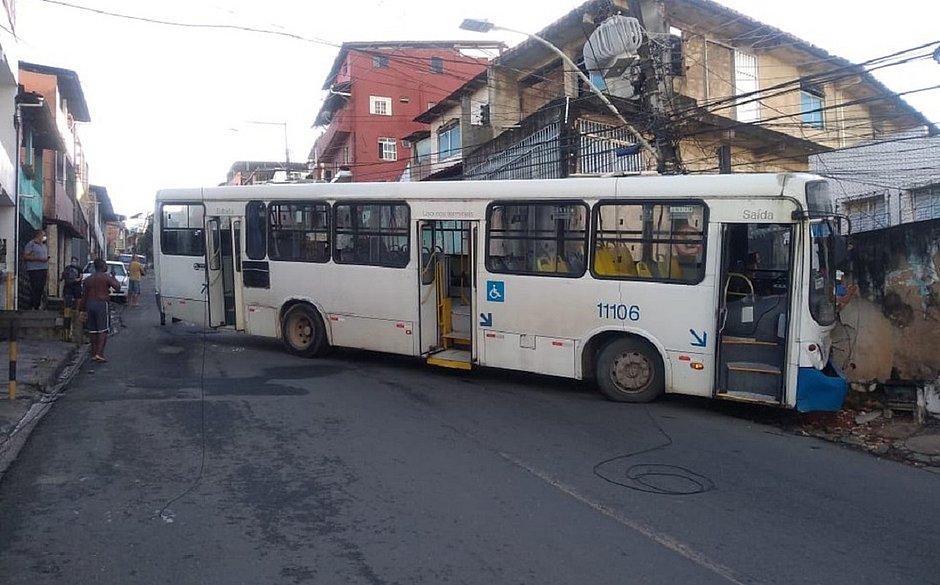Após perder o freio na ladeira, motorista joga ônibus no muro e salva passageiros