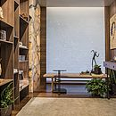 Para criar o Home Office Amendoeira, Cláudia Biglia e Giselle Moinhos apostaram em tons naturais e materiais que proporcionam aconchego