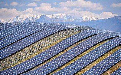 Painéis solares fotovoltáicos na usina de La Colle des Mees, nos  Alpes de Haute Provence, sudeste da França. 112.000 painéis solares cobrem uma área de 200 hectares, com uma capacidade total de 100MW.