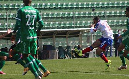 Gilberto soltou uma bomba para abrir o placar para o Bahia na Arena Condá