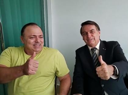 Ministro da Saúde elogia cloroquina e ri após crise da vacina: 'Um manda e outro obedece'