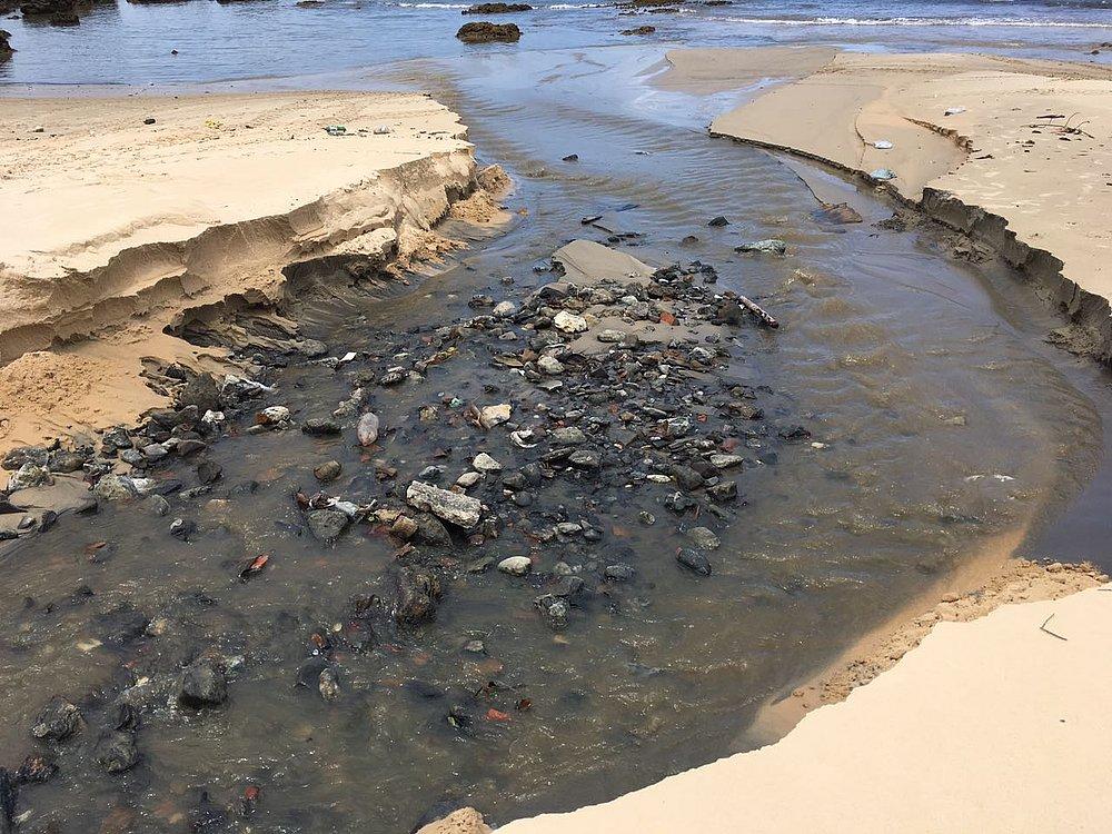 5dcf26ff18ff Lixo, entulho e esgoto na Primeira Praia de Morro de São Paulo (Foto:  Leitor CORREIO)