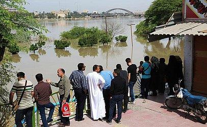 Iranianos observam o rio Karun em Ahvaz, capital da província sudoeste de Khuzestan. Autoridades ordenaram a dezenas de milhares de moradores do sudoeste da cidade iraniana de Ahvaz para evacuação imediata.