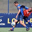 Rodriguinho é marcado por Nino durante treino do Bahia