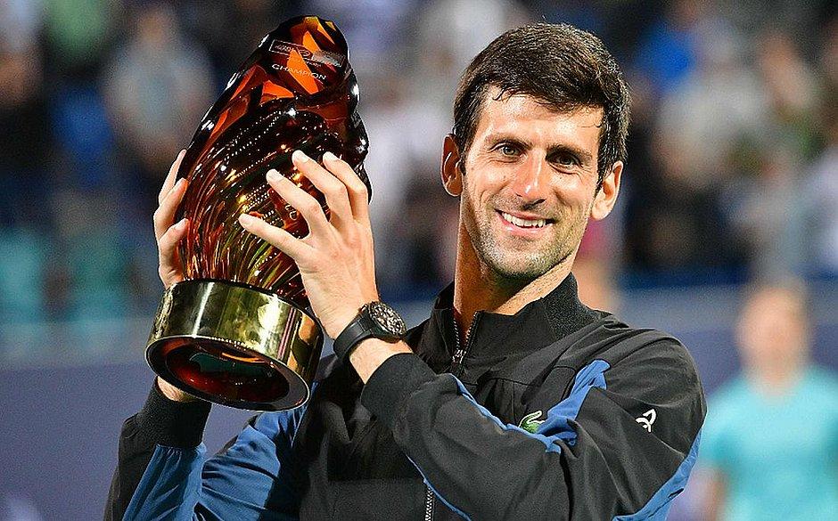 Djokovic ergue belo troféu do torneio de Abu Dabi