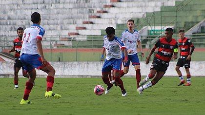 O Bahia venceu o Vitória no jogo de ida e colocou uma mão na taça