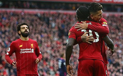 Liverpool lidera o campeonato inglês com folga
