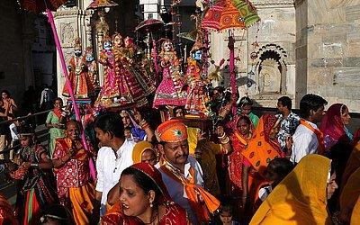 Mulheres indianas casadas carregam pequenos ídolos durante o festival de Gangaur em Udaipur, no estado de Rajasthan, em adoração à deusa Hindu Gauri, consorte da divindade Shiva.