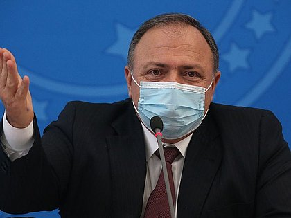 Pazuello afirma a Bolsonaro que deixará comando da Saúde, diz jornal