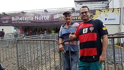 Renato e o pai, Eunildo, já chegaram ao estádio sabendo do milho (Foto: Eduardo Dias/CORREIO)