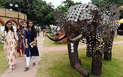 """Escultura de elefante feita com sucatas de ferro durante o festival """"Gaj Mahotsav"""" em Nova Deli"""