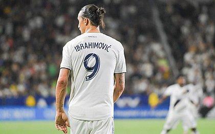 Ibrahimovic faz um tão gol incrível que nem ele acredita; vídeo