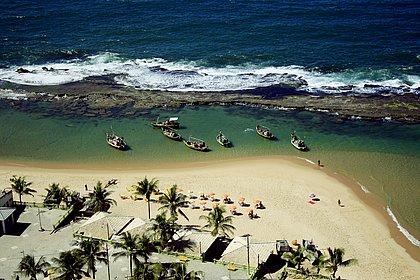 Praia de Arembepe, em Camaçari, tem alta procura pelos turistas