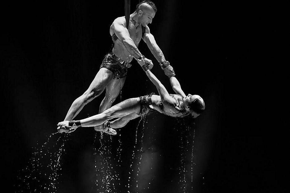 Circo francês traz acrobacias de equilibristas e motoqueiros para Salvador