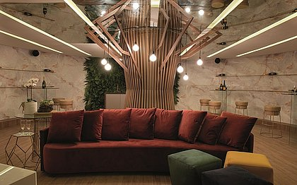 O espaço tem uma estrutura de madeira que remete à ideia de uma árvore para estimular um gostoso bate papo sentado embaixo dela