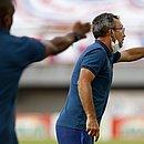 Técnico do time de transição do Bahia, Cláudio Prates, durante jogo contra Atlético de Alagoinhas