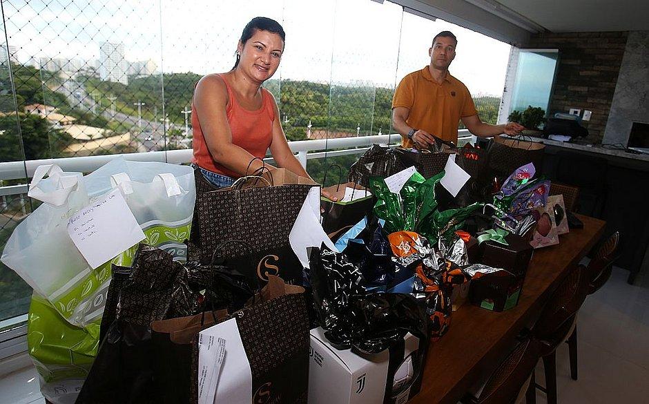 Carina Costa e o marido Cleto Carvalho aprontam pacotes para serem entregues a clientes