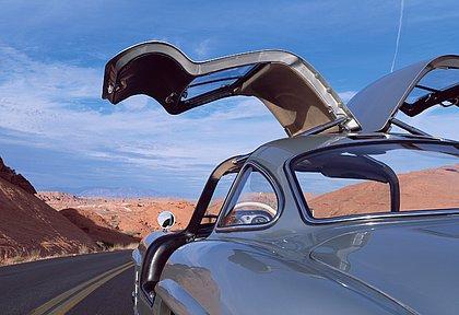 """O Mercedes-Benz 300 SL """"asa de gaivota"""", produzido de 1953 a 1957, serviu de inspiração para o SLS AMG, lançado em 2010"""