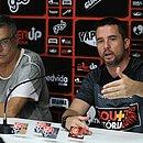 Paulo Carneiro e Osmar Loss no ato de apresentação do treinador, em maio