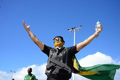 Comerciante Carlos Bastos pintou a face e se vestiu como policial