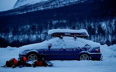 O carro e as mochilas pertecem a quatro esquiadores desaparecidos e está estacionado em Tamokdalen perto de Nordkjosbotn, norte da Noruega. Equipes de resgate continuam a busca na montanha vizinha Blåbærfjellet.