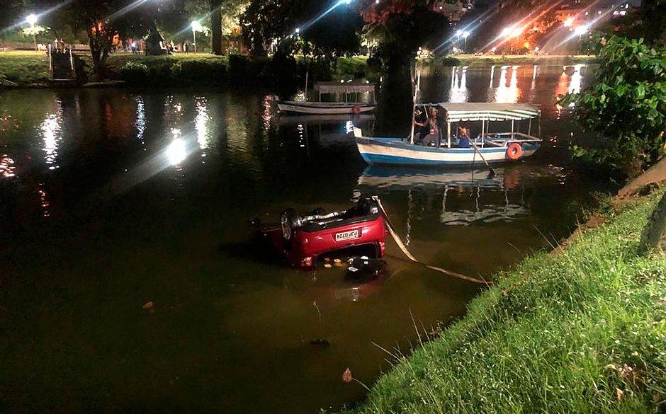 Motorista perde controle, carro atravessa via e cai no Dique do Tororó