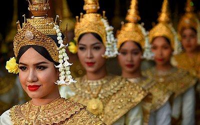 Dançarinas se preparam para entrar no Estádio Olímpico Nacional de Phnom Penh durante a  cerimônia do 40º aniversário da queda do regime do Khmer Vermelho.