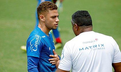 Edson conversa com Roger Machado durante treino na Cidade Tricolor. Volante já fez parte do grupo de cima
