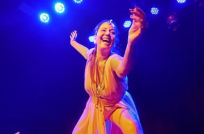 Andrea Elia na peça 40tona Vacinada