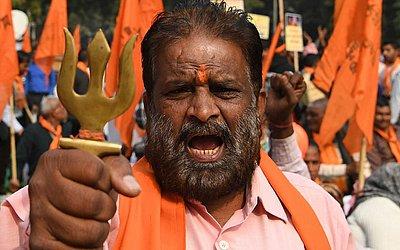 Um ativista da extrema direita Hindu protesta em Nova Déli, a favor da construção de um novo templo no local da Mesquita de Babri que foi demolida em 1992, provocando distúrbios que mataram milhares de pessoas.
