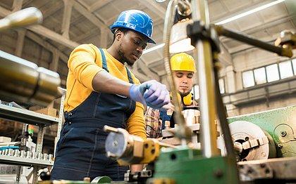A melhora na economia já foi suficiente para abrir vagas no setor da indústria e para a formação de profissionais