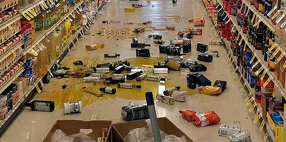 Garrafas e outras mercadorias quebradas são vistas em uma loja em Lake Isabella, Califórnia, após terremoto