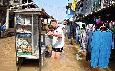 Bairro de Bandung submerso pelas águas do Rio Citarum , Java Ocidental.