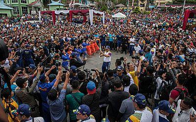 Participantes e oficiais da Indonésia circulam a tocha dos jogos asiáticos 2018 no lago Toba, em Jacarta. O jogos devem trazer cerca de 11.000 atletas e 5.000 funcionários de 45 países asiáticos e começará em 18 de agosto.