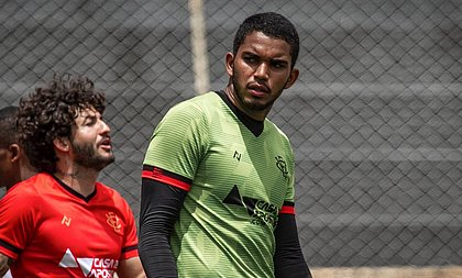 Lucas Arcanjo tem feito boas partidas no gol rubro-negro; à esquerda, Fernando Neto, reserva no meio